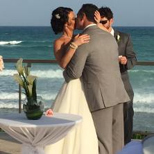 destination-wedding-kiss